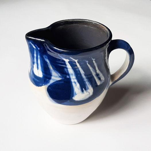 Керамический кувшинчик-молочник с синими полосками.