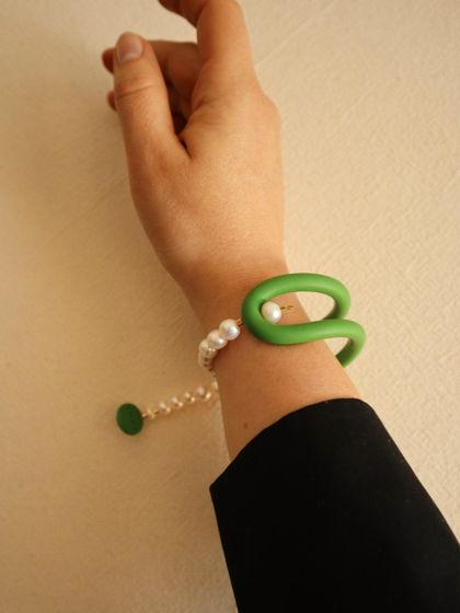 Яркий зеленый браслет с жемчугом