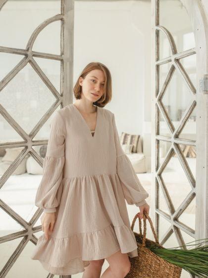 Бежевое короткое платье из органического хлопка с длинным рукавом.