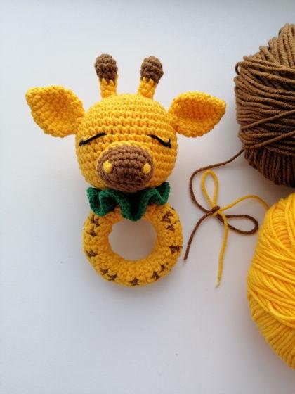 Вязаная крючком погремушка-грызунок Жирафик для новорождённых
