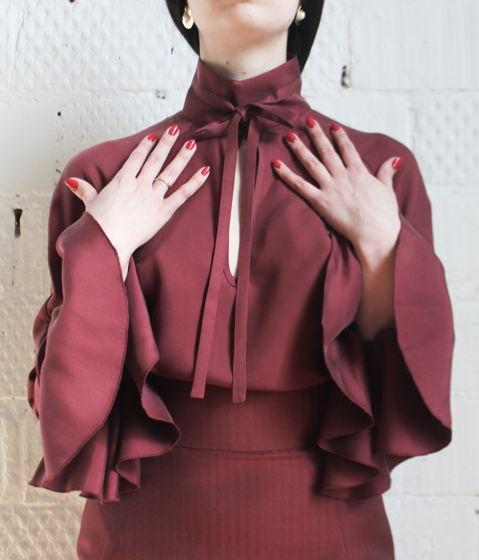 Шелковая блузка с манжетами-воланами