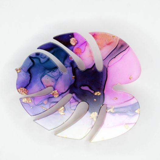 Брошь лист монстеры розово фиолетового цвета