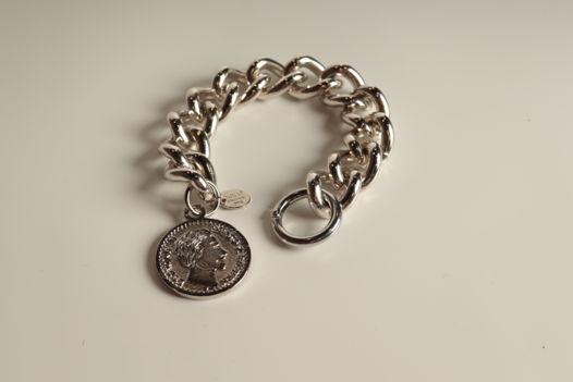 Браслет в серебряном тоне с подвеской монетой