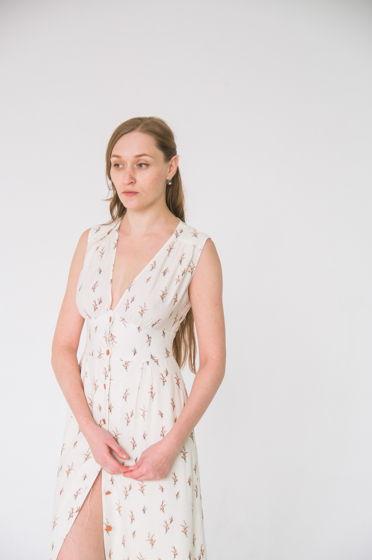 Платье с широким фигурным поясом без рукавов . Размер 44