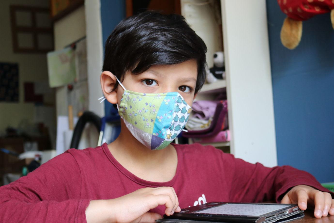 """Защитная многоразовая маска для лица с авторским дизайном """"Коллаж с белыми ежиками"""". Хлопок 100%."""