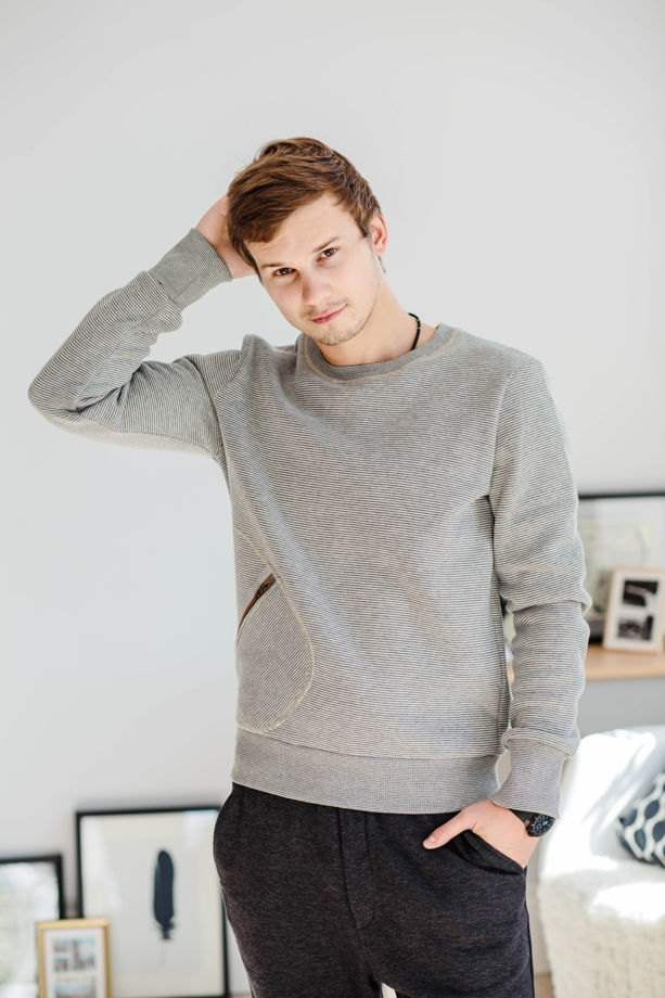 Мужской свитшот серого цвета в полоску с карманом на молнии.