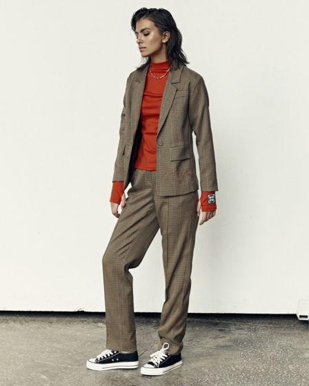 Жакет со спущенным плечом и прямые брюки со встречной складкой