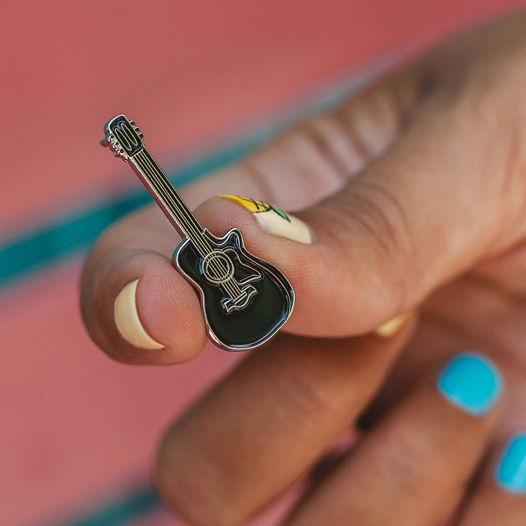 Металлический значок «гитара»