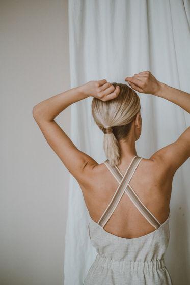 Льняное платье с контрастными лямками