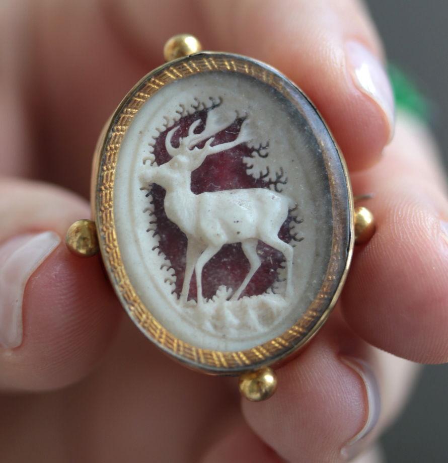 Антикварная брошь с резной камеей с оленем
