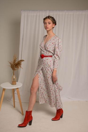 Серое платье миди с цветочным принтом на запахе и нежнейшим кружевом на объемных рукавах 3/4 из 100% вискозы