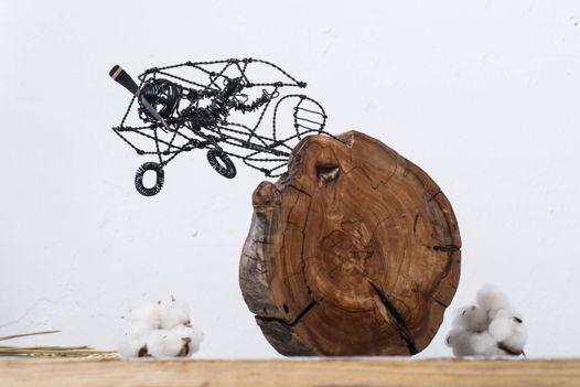 Самолет на деревянной подставке