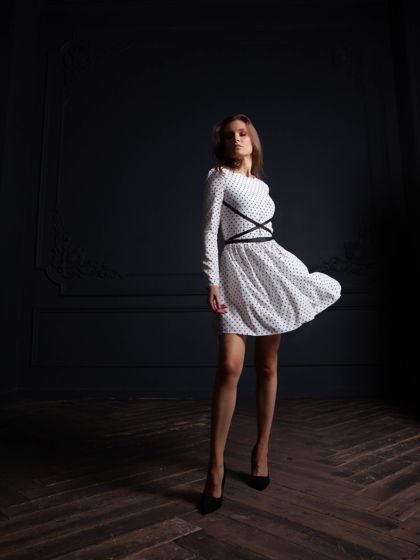Летящее платье Севиль в горошек из вискозы мини, белое