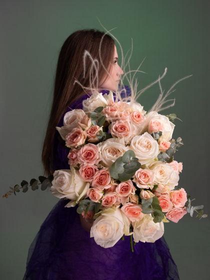 """Дуобукет из кустовых роз и ароматных роз сорта """"Вайт Охара"""""""
