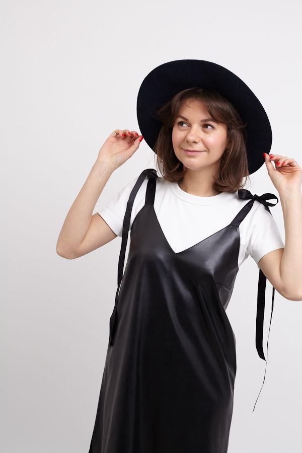 Платье из экокожи на лентах в черном цвете