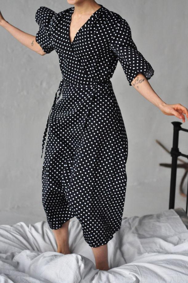 Платье с запАхом в горошек в чёрном цвете