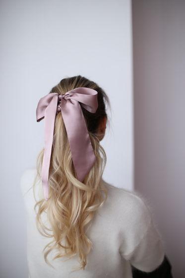 Резинка для волос из натурального шелка с бантом пудровая