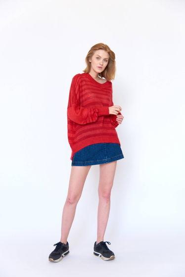 Красный свитер оверсайз в полоску
