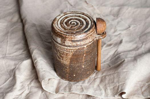 Кофейница с ореховой ложкой
