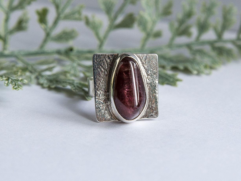 Уникальное серебряное кольцо с малиновым турмалином