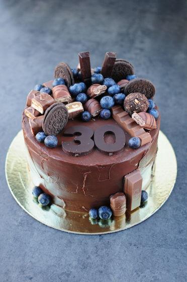 Торт с горкой шоколадок и сладостей