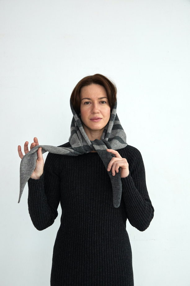 Горчичная вязаная косынка в полоску из шерсти ягненка