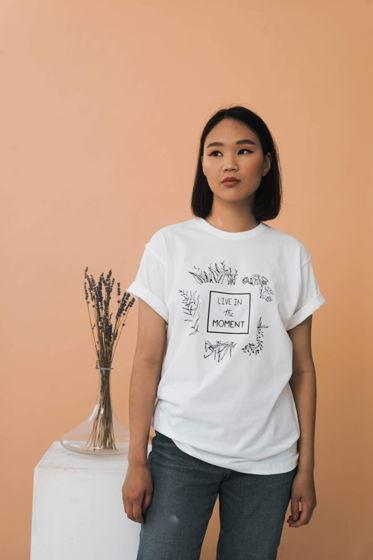 Белая женская хлопковая футболка «Live in the moment»