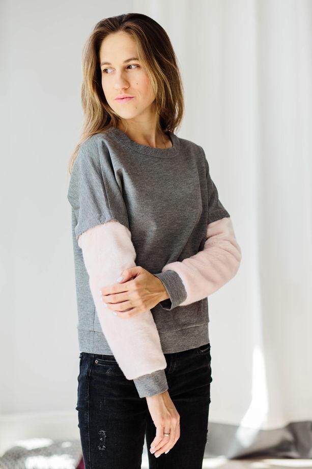 Женский свитшот с розовыми рукавами из искусственного меха на кнопках.