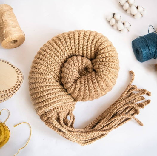 Интерьерная подушка-аммонит ручной работы из джута