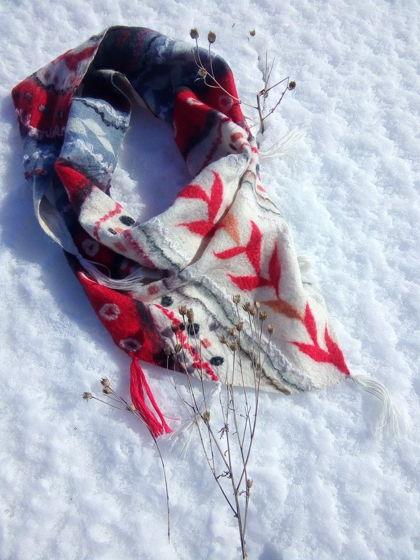 Красно-белый валяный платок из натуральной шерсти и шелка