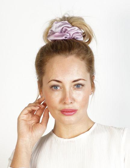 Резинка для волос из натурального шёлка ручной окраски светло-сиреневая