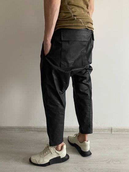 концептуальные укороченные штаны на молнии с косым гульфиком.