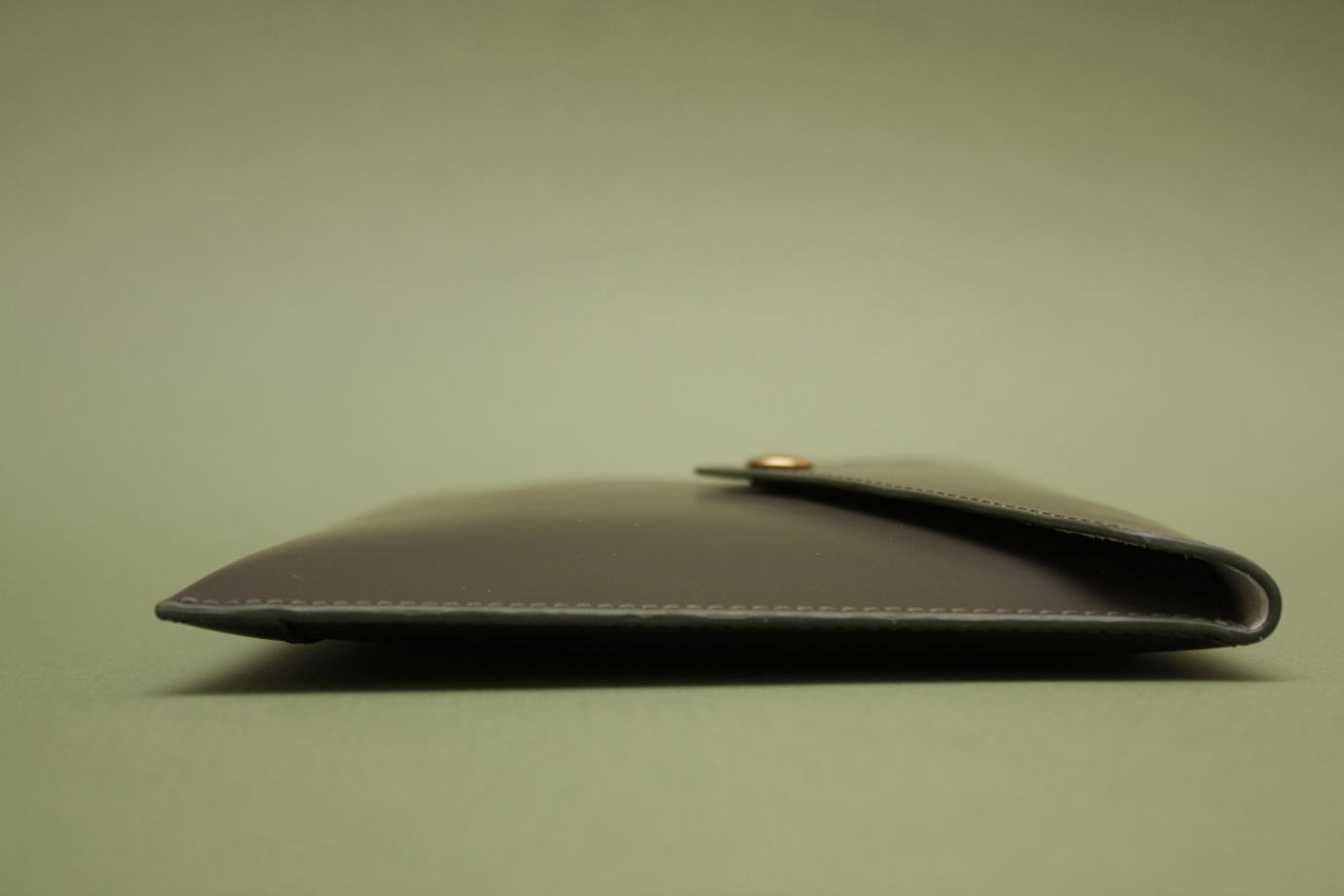 клатч-конверт на кнопке