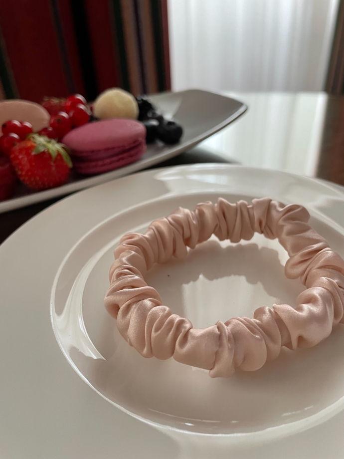 Узкая резиночка «МАКСИ» для волос из натурального шёлка, нежно-розовая