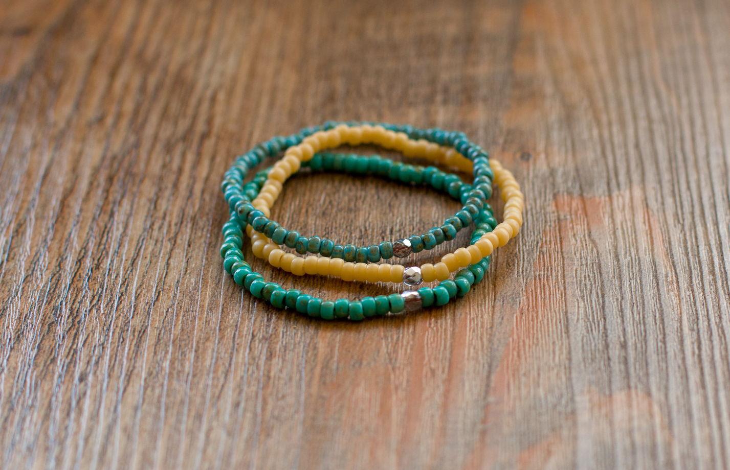 Комплект из 3 браслетов из бисера на резинке