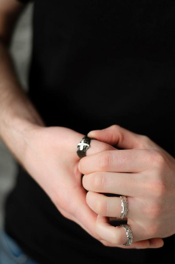 Вактурное лавовое кольцо с чернением из серебра
