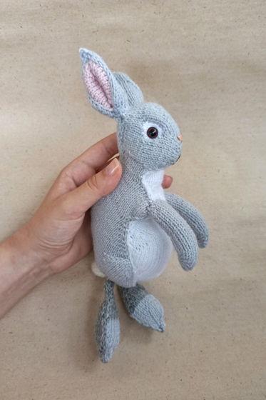 Маленький вязаный серый кролик