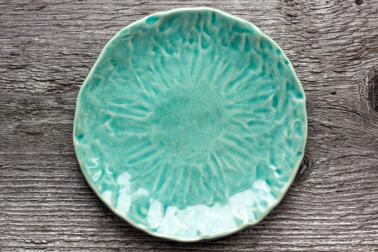 Тарелка керамическая бирюзовая мятая