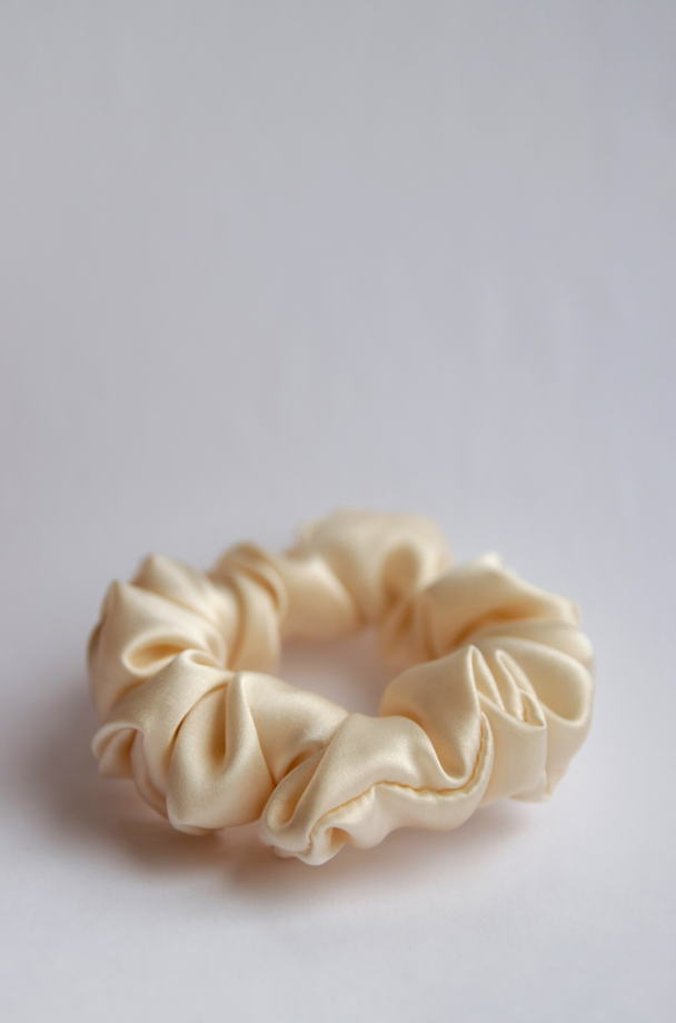 Резинка для волос из натурального шёлка светло бежевая.
