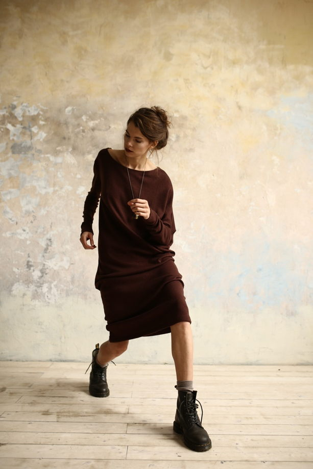 Платье Шум из шоколадной шерсти с ассиметричными рукавами