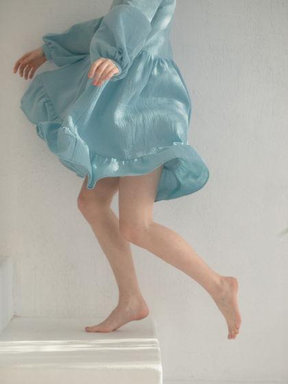Короткое небесно-голубое платье.