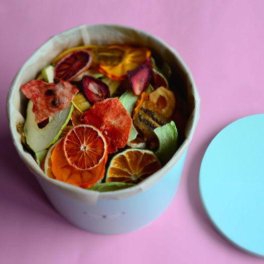 Подарочная коробка с 1 кг ассорти фруктовых и ягодных снеков без сахара
