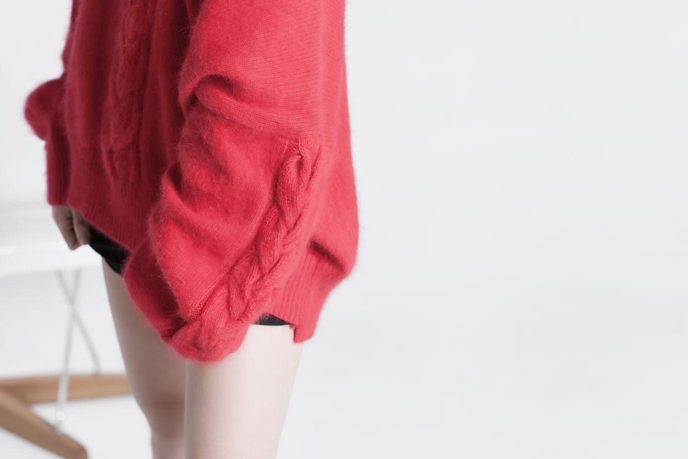Красный свитер оверсайз с косами на рукавах