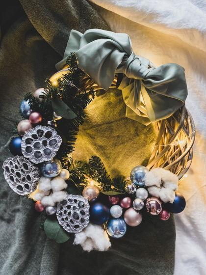 Рождественский венок с лотосом и огоньками