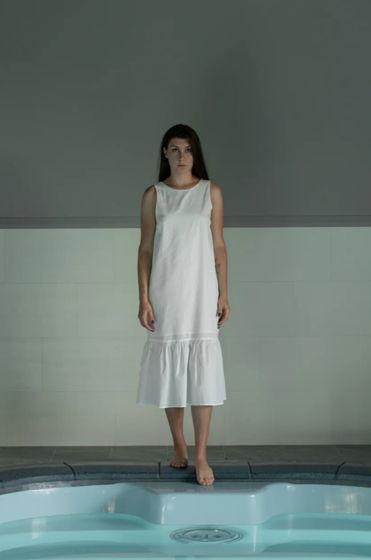 Белое платье с V-вырезом на спине