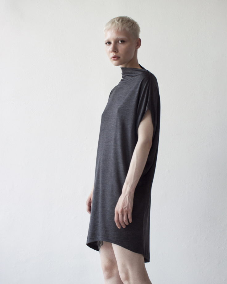 серое платье oversize