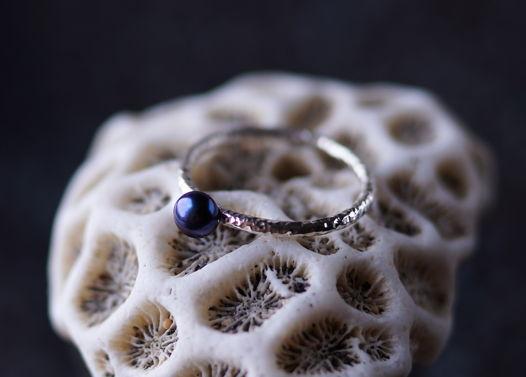 Тонкое текстурное серебряное кольцо с натуральным черным жемчугом