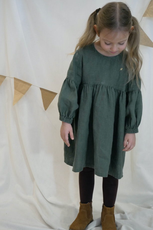 Льняное платье в цвете хвоя с бантиком на спинке