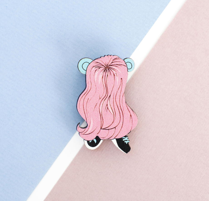 Деревянная брошь с гравировкой «Волосатое существо».  Нечто с длинными красивыми розовыми волосами, с голубыми ушами и в кедах.