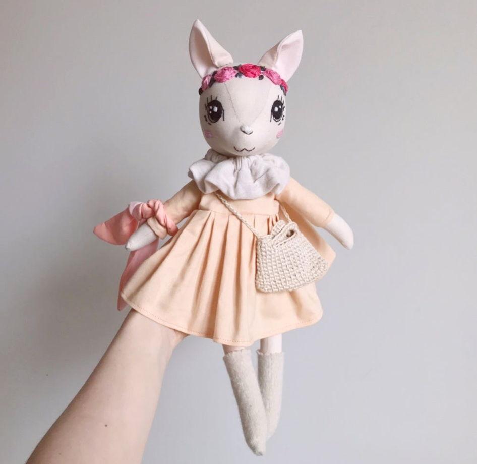 Котёнок в персиковом платье